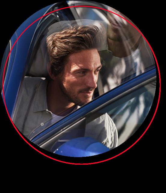 Uomo che esce da auto