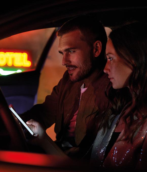 Uomo e donna in macchina